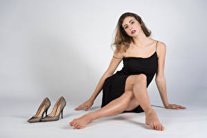 Fotos Sitzend Kleid Bein High Heels Starren Giulia junge Frauen