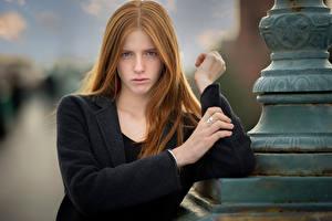 Fotos Rotschopf Hand Blick Unscharfer Hintergrund Lena Mädchens