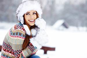 Bilder Winter Izabela Magier Bokeh Braune Haare Mütze Blick Lächeln Sweatshirt Hand Fausthandschuhe junge frau