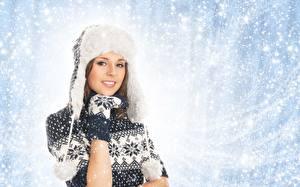 Fotos Winter Mütze Blick Sweatshirt Hand Fausthandschuhe Lächeln Mädchens