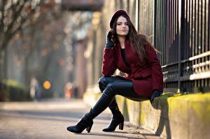 Hintergrundbilder Sitzend Mantel Barett Stiefel Blick Bokeh Ambre junge Frauen