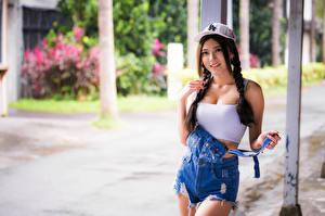 Fotos Asiatische Unscharfer Hintergrund Unterhemd Baseballcap Zopf Starren Mädchens