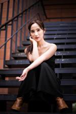 Fotos Asiatische Sitzend Treppe Hand Starren junge frau