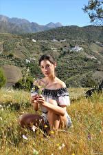 Bilder Calypso Muse Gras Sitzen Starren junge Frauen