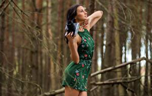 Bakgrunnsbilder Kamera Uklar bakgrunn Brunette jente Hender Kjole Posere Unge_kvinner