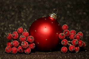 Picture Christmas Berry Balls Red
