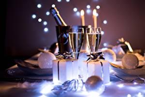 Fotos Neujahr Unscharfer Hintergrund Weinglas Geschenke Kugeln