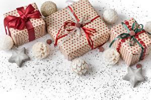 Bilder Neujahr Schachtel Geschenke Kugeln Schleife Stern-Dekoration