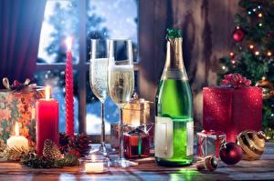 Bilder Neujahr Schaumwein Kerzen Feuer Weinglas Flaschen Geschenke