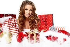 Hintergrundbilder Neujahr Izabela Magier Braunhaarige Blick Lächeln Geschenke Mädchens