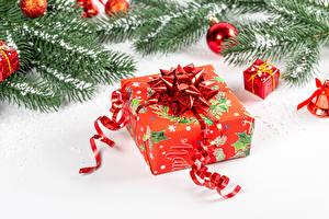 Fondos de escritorio Año Nuevo El fondo blanco Rama Bolas Nieve Presente Cinta