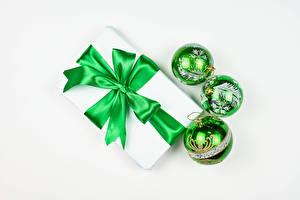 Fotos Neujahr Weißer hintergrund Geschenke Kugeln Schleife Grün