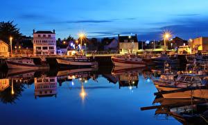 Bilder Frankreich Haus Bootssteg Abend Binnenschiff Bucht Straßenlaterne Grandcamp-Maisy, Calvados