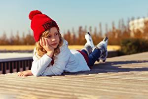 Fotos Kleine Mädchen Liegen Mütze Rollschuh