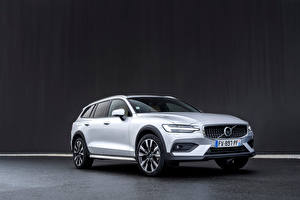Fonds d'écran Volvo Break Argent couleur Métallique Volvo V90 B4 Cross Country, 2020 -- Voitures
