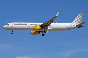 Bilder Airbus Flugzeuge Verkehrsflugzeug Seitlich A321-200S, Vueling Airlines