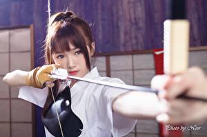 Sfondi desktop Asiatico Arcieri Colpo d'occhio Le mani Ragazza capelli castani Arco arma Frecce giovane donna