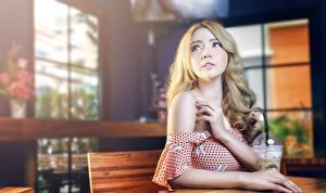 Bureaubladachtergronden Aziaten Bokeh Blond meisje Handen Kijkt Jonge_vrouwen