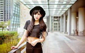 bilder Asiater Bokeh Brunette jente Hatt Blikk Hender Unge_kvinner bilder skrivebordsbakgrunn