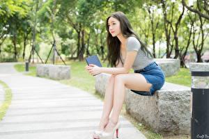 Fonds d'écran Asiatiques Arrière-plan flou Cheveux noirs Fille Jupe Main Assis Jambe jeune femme