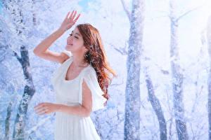 Bilder Asiaten Unscharfer Hintergrund Kleid Braune Haare Hand Lächeln junge frau
