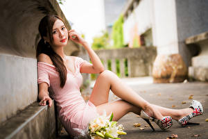 Fotos Asiatisches Blumensträuße Unscharfer Hintergrund Sitzend Kleid Bein Blick junge Frauen