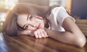 Sfondi Asiatici Ragazza capelli castani Sguardo Le mani Bella Ragazze immagini