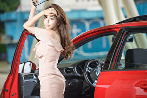 Fotos Asiaten Braunhaarige Starren Hand Kleid Pose junge frau