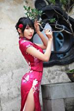 Fotos Asiatische Brünette Pose Kleid Hand Starren