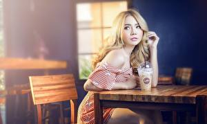 Hintergrundbilder Asiatische Café Sitzen Blondine Bokeh Blick Hand