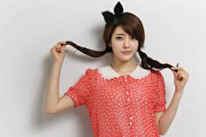 Hintergrundbilder Asiatische Grauer Hintergrund Braunhaarige Blick Schleife Zopf Hand junge Frauen