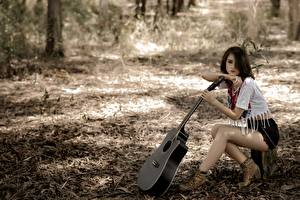Fonds d'écran Asiatiques Guitare Cheveux noirs Fille Short Assise jeune femme