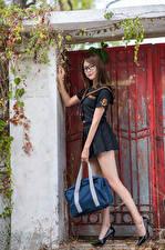 Hintergrundbilder Asiatisches Handtasche Pose Uniform Brille Bein Blick Mädchens