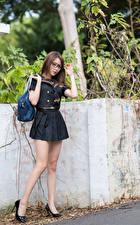 Bilder Asiatisches Handtasche Posiert Uniform Bein Stöckelschuh Brille junge Frauen