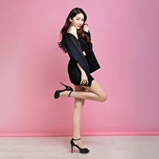 Bilder Asiaten Posiert Braunhaarige Bein Starren Mädchens