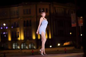 Fotos Asiatische Pose Kleid Blick Bein junge frau