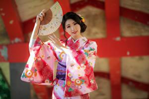 Hintergrundbilder Asiatisches Pose Kimono Fächer Blick junge Frauen