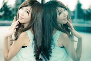 Sfondi desktop Asiatici Riflessione Colpo d'occhio Le mani Ragazza capelli castani giovane donna