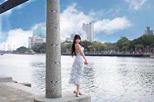 Hintergrundbilder Asiaten Fluss Waterfront Kleid Brünette Blick junge Frauen