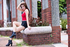 Desktop hintergrundbilder Asiatische Sitzen Braune Haare Hand Shorts Bein junge frau