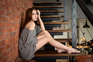 Fotos Asiatisches Treppe Sitzt Bein Blick Braune Haare junge Frauen