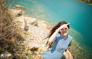 Sfondi desktop Asiatico Orologio da polso Bokeh Ragazza capelli castani Sguardo Sorriso Braccia Vestito