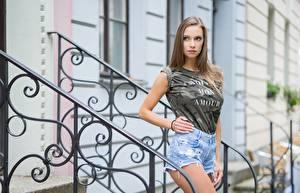 Hintergrundbilder Zaun Braunhaarige Blick Hand Shorts Unscharfer Hintergrund Mädchens