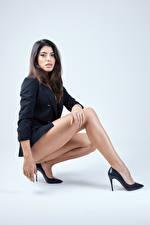 Hintergrundbilder Model Posiert Sitzen Bein Sakko Blick Maki junge frau