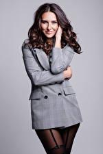 Sfondi desktop Modello Ragazza capelli castani Sorriso Giacca e abito Sguardo Collant Sfondo grigio