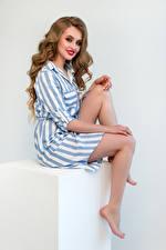 Sfondi In posa Seduto Le gambe Trucco Sorriso Sguardo Acconciatura Ragazze immagini