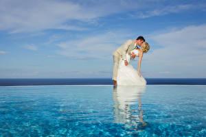 Fotos Flusse Ehe Bräutigam Bräute Umarmt Küssen Kleid Blondine