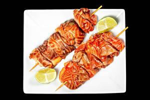 Desktop hintergrundbilder Schaschlik Fleischwaren Limette Schwarzer Hintergrund Teller Lebensmittel