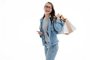 bilder Smil Glad Kjøp Briller Jakke Jeans Smarttelefon Hvit bakgrunn Unge_kvinner bilder skrivebordsbakgrunn