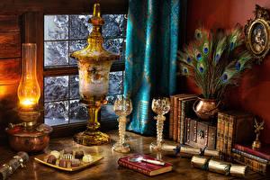 Fondos de escritorio Bodegón Lámpara de queroseno Plumas Golosina Chocolate Libro Vaso de vino
